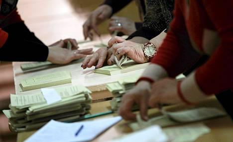 Vaalivirkailijat laskivat ääniä Simferopolissa Krimillä 15. maaliskuuta.