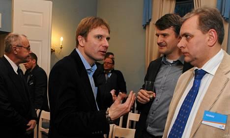Eerik-Niles Kross (kesk.) osallistui lauantaina Isänmaan ja Res Publican liiton kokoukseen.