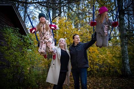 Heidi ja Jari Virkkula-Isoniitty antava kotipihassa vauhtia tyttärilleen Milena Virkkulalle, 7, ja Inna Isoniitylle, 5. Heidi Virkkula-Isoniitty miehensä Jari Virkkula-Isoniityn kanssa kasvattaa uusperheenä kuutta lasta ja joutuu huomioimaan korovapandemian, kun lapset viettävät viikonloppuja entisen puolisoiden luona.