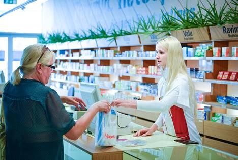 """Asiakas Maarika Snoting ojensi sirukorttinsa proviisori Liis Kruusille apteekissa Virun ostoskeskuksessa reseptilääkkeitä varten. Muuta sairausvakuutuskorttia ei tarvita. Kun Snoting sanoi tyttärensä henkilötunnuksen, proviisori myi hänelle myös tyttären reseptilääkkeet. """"Hyödyllinen kortti. Seuraavaksi käytän sitä tiistaiaamuna, kun lähden laivalla Suomeen"""", Snoting kiitteli."""