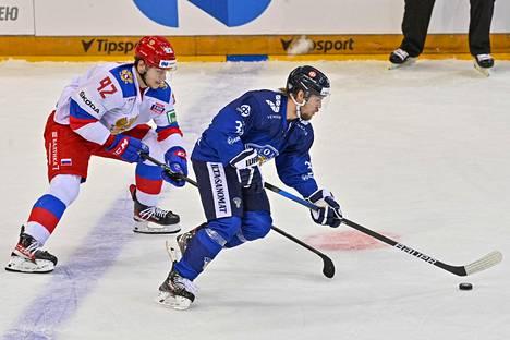 Leijonien kolmannen maalin tehnyt Teemu Turunen lähti karkuun Vasili Podkolzinilta, kun joukkueet kohtasivat EHT-ottelussa.