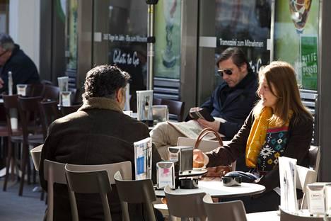 Itävallan kahviloissa on tavallista maksaa käteisellä. Kuva Wienistä keväältä 2016.