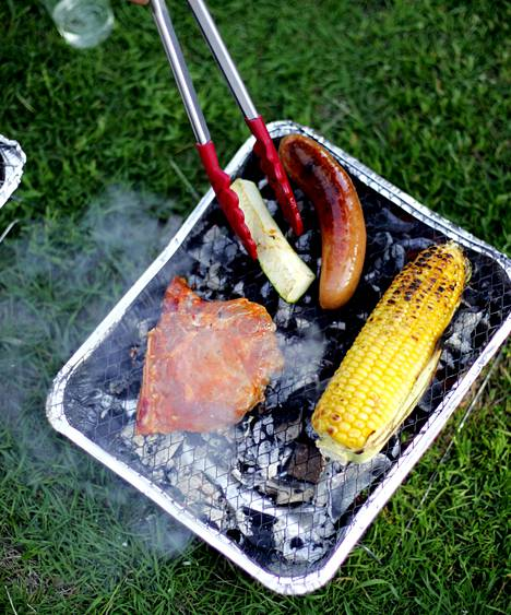 Puistoissa saa grillata myös kertakäyttögrillillä.