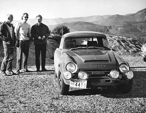 Matti Tiukkanen (vas.), Pauli Toivonen ja Hannu Mikkola Monte Carlon ajojen maisemissa vuonna 1968.