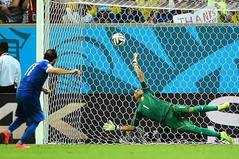 Costa Rican maalivahti Keylor Navas torjui Kreikan Fanis Gekasin rangaistuspotkun.