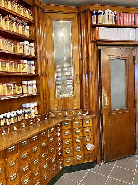 Keravan Puusepäntehdas sai alkunsa Kotka-apteekin kalusteiden valmistamisesta.