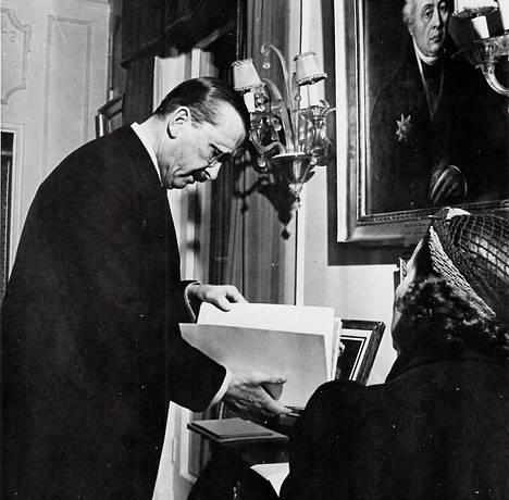 Gustaf Mannerheim selailee saamiaan syntymäpäiväonnitteluja salongissaan vuonna 1937.