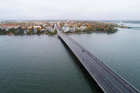 Helsingin kaupunki aloittaa ensi vuonna Lauttasaaren sillan ensimmäisen peruskorjauksen. Remontin jälkeen sillalla on yksi ajokaista nykyistä vähemmän ja lisätilaa pyörille ja jalankulkijoille.