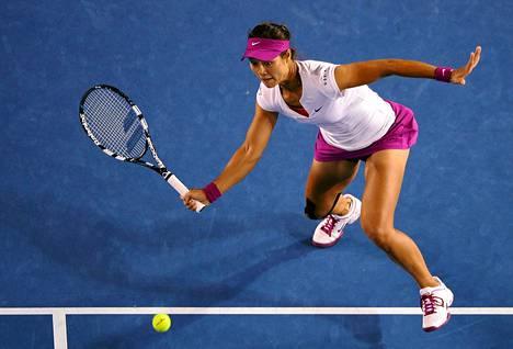 Kiinan Li Na vastasi Slovakian Dominika Cibulkovan syöttöön tenniksen Australian avointen naisten kaksinpelin mestaruuden loppuottelussa Melbournessa lauantaina.