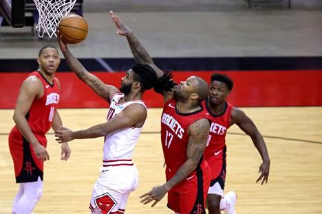 Chicago Bullsin takamies Coby White teki yhteensä 24 pistettä P.J. Tuckerin ja muiden Houston Rocketsin pelaajien estelyistä huolimatta.