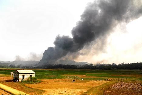 Räjähdykset ilotulitetehtaassa nostattivat suuren savupilven Phu Thon maakunnassa Vietnamissa lauantaina.