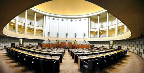 Eduskunnan istuntosali oli tyhjillään vielä maanantaina.