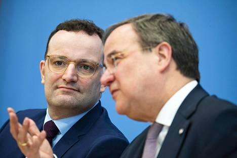 Terveysministeri Jens Spahn, 40, on nosteessa mutta joidenkin mielestä liian kokematon liittokansleriksi. Armin Laschet (oik.) on Spahnin tärkeä liittolainen.
