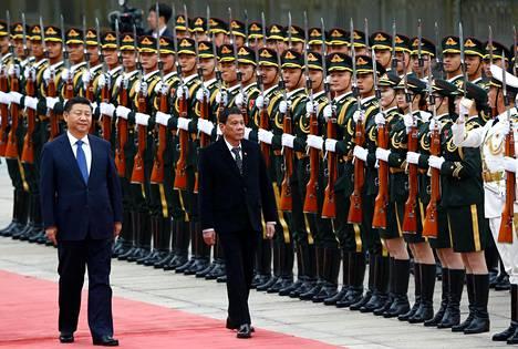 Kiinan presidentti Xi Jinping ja Filippiinien presidentti Rodrigo Duterte osallistuivat torstaina tervetuliaisseremoniaan Kiinan kansantasavallan parlamenttitalolla Pekingissä.