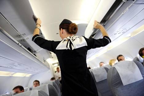 Alkukesästä lähtien Finnairin koneiden matkustamoon palkattavilta lentoemänniltä ja stuerteilta vaaditaan enää vain sujuva englannin kielen taito.
