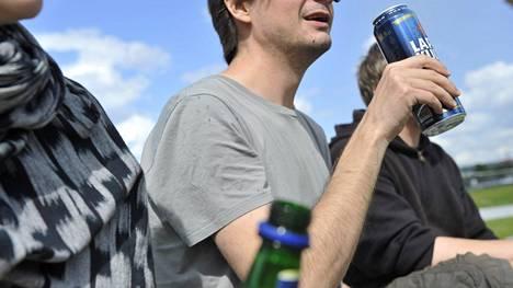 Todennäköisimmin oman juomisen lisääntymiseen halvan hinnan seurauksena uskovat opiskelijat ja alle 30-vuotiaat.