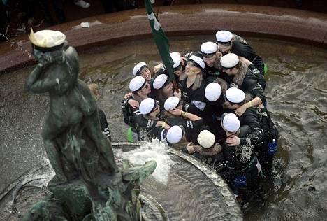 Aalto-yliopiston ylioppilaskunta lakitti Havis Amanda -patsaan Helsingissä vappuna 2016.