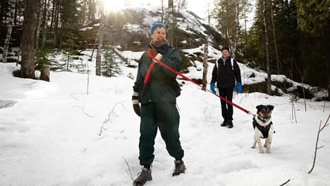 Palakosken ulkoilualue lähellä Veikkolaa sopii päiväretkiin. Sirpa Huumo, Theo-koira sekä Timo Koivumäki ulkoilivat Palakoskella perjantaina.