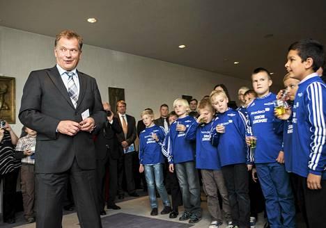 Presidentti Sauli Niinistö tapasi nuoria jalkapalloharrastajia Pallo-Kerho 37:n 75-vuotisjuhlatilaisuudessa Iisalmessa tiistaina.