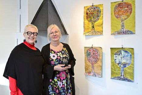 Vaasalaiset Paula Blåfield (oikealla) ja Virve Järvinen ovat Hella-gallerian maaliskuun taiteilijat.