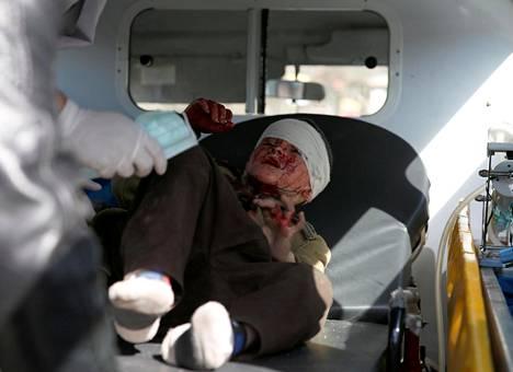 Pommi-iskussa haavoittunutta afganistanilaspoikaa vietiin hoidettavaksi ambulanssilla Kabulissa tammikuussa 2018.