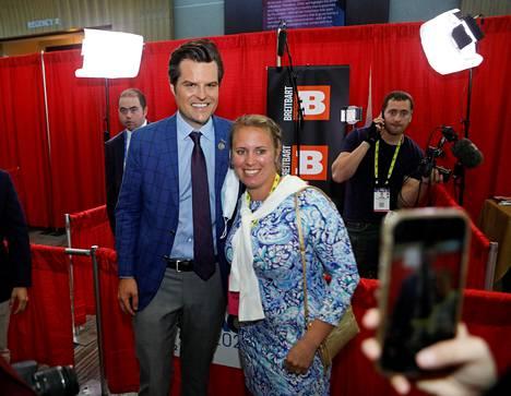 Kongressiedustaja Matt Gaetz poseerasi konferenssivieraan kanssa Orlandossa perjantaina.