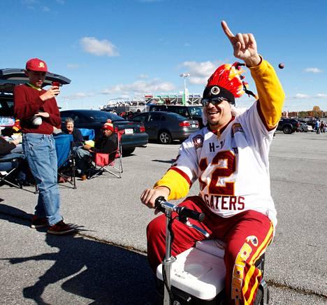 Dave Lysinger ajoi kylmälaukusta valmistamallaan mopolla tailgating-juhlissa ennen Washington Redskins -joukkueen ottelua.