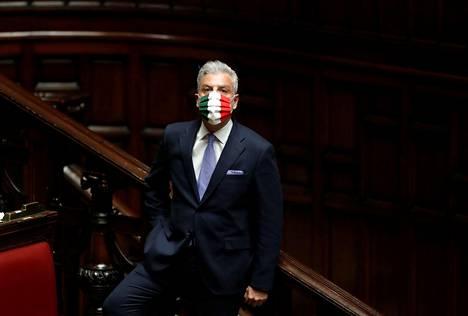 Kansalliskonservatiivisen Italian veljet -puolueen kansanedustajalla Federico Molliconella oli kasvosuojaimessaan Italian lipun värit parlamentin alahuoneen istunnossa Roomassa tiistaina.