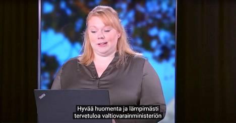Valtiovarainministeriön julkaisema videotallenne julkishallinnon API-linjausten valmistelun käynnistystilaisuudesta viime syksyltä. Kuvassa puhuu hankeassistentti Sanna-Mari Kirjalainen. Kuvakaappaus Youtubesta.