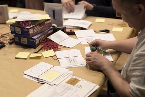 Ääntenlaskentaa viime eduskuntavaaleissa huhtikuussa 2019. Uudenmaan vaalilautakunta tarkasti eduskuntavaalien äänestyslippuja Kulttuuritalolla.