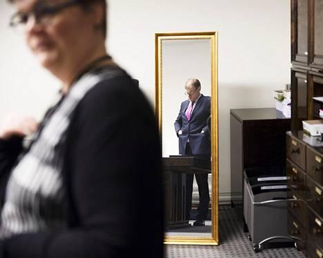 Uusien kansanedustajien valtakirjat tarkastettiin ja heistä otettiin henkilökuvia eduskuntatalossa. Juha Sipilä tyhjensi taskunsa ennen valokuvausta.