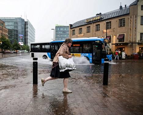 Alkukesä oli viileä ja sateinen. Yksi kesän harvoista ukkosrintamista pyyhkäisi Helsingin yli 30. kesäkuuta.