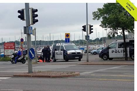Poliisit odottivat ambulanssia Tervasaareen johtavan tien alussa Helsingin Kruunuhaassa.