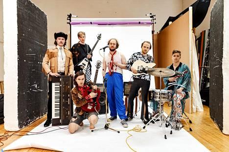 Tiisu-yhtye nousi pinnalle 2010-luvun puolivälissä ja on viettänyt pari viime vuotta hiljaiseloa. Henrik Illikainen kuvassa keskellä valkoisessa paidassa.