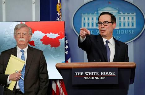 Yhdysvaltain valtiovarainministeri Steven Mnuchin (oik.) ja turvallisuusneuvonantaja John Bolton ilmoittivat Venezuelan vastaisista pakotteista Valkoisessa talossa maanantaina.