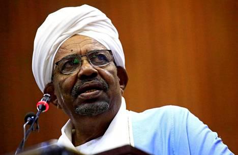 Presidentti Omar al-Bashir puhui Sudanin parlamentissa Khartumissa viime huhtikuussa hieman ennen syrjäyttämistään vallasta.
