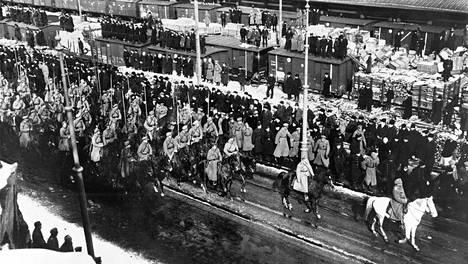 Panssarilaiva Andrei Pervozvannylla kuolleen surusaatto Helsingin ratapihalla.