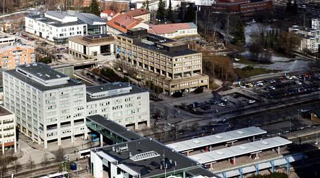 Espoon vanha kaupungintalo sijaitsee aivan juna-aseman kupeessa Espoon keskuksessa.