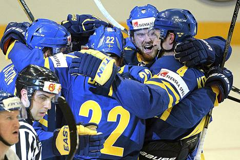 Tätä juhlaa Leijonat joutui katsomaan kolme kertaa. Daniel Sedin (selin) onnittelee Loui Erikssonia ja kaksoisveljeään Henrikiä.