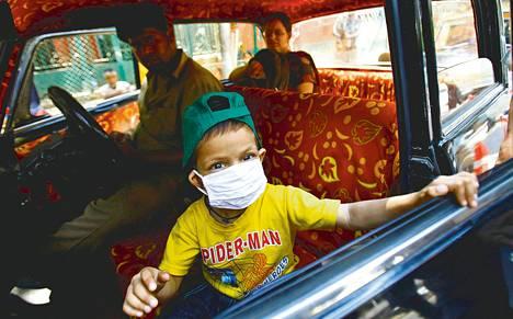 Syöpää sairastava intialaispoika Tanmay, 4, kotiutettiin maanantaina hänen saatuaan hoitoa Tata-syöpäsairaalassa Mumbaissa. Intian korkein oikeus tyrmäsi maanantaina sveitsiläisyhtiö Novartiksen vaatimuksen uuden syöpälääkeversion patentista, mikä mahdollistaa halpojen kopiolääkkeiden valmistamisen jatkossakin.