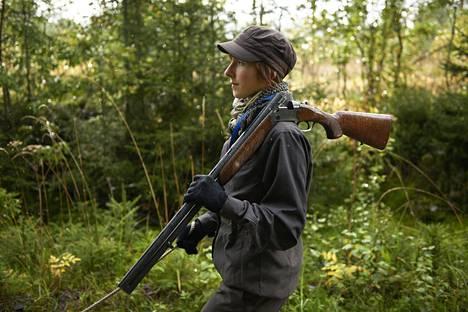 Sorsanmetsästyskausi käynnistyy jälleen. Johanna Halla sorsasti Pornaisissa syksyllä 2012.