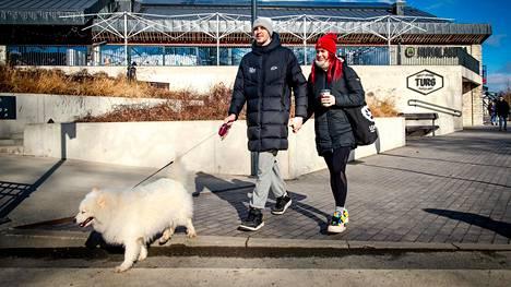 Toomas Raadik ja Jaanika Veldre koiransa Cherryn kanssa ulkoilemassa Tallinnassa.