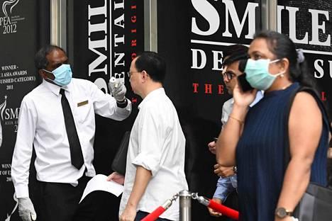 Singaporen finanssialueella mitattiin alueella työskentelevien lämpötiloja maanantaina.