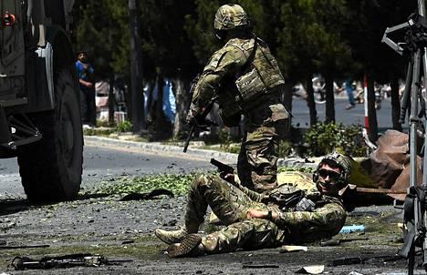 Panssaroitua miehistönkuljetusautoa vastaan tehty itsemurhaisku haavoitti NATO:n joukkoihin kuuluvaa sotilasta Kabulissa tiistaina.