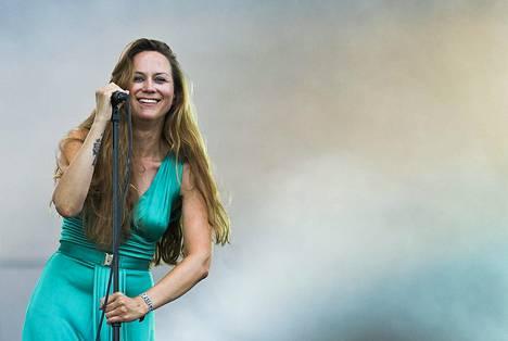 Terhi Kokkonen laulaa pienemmässä kokoonpanossa.