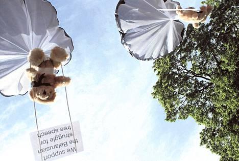 """Ruotsalaiset nalleaktivistit pudottivat pienkoneesta satoja pehmonalleja Valko-Venäjällä heinäkuun alussa. Kone oli luvatta maan ilmatilassa, sillä tarkoituksena oli häpäistä diktaattori Aljaksandr Lukašenkan hallinnon sotilasvalvonta. """"Tuemme valkovenäläisten taistelua sananvapauden puolesta"""", nalleihin kiinnitetyissä lapuissa luki."""