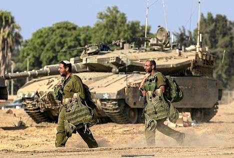 Israelilaiset sotilaat kävelivät gazan kaistan vastaisella rajalla perjantaina.