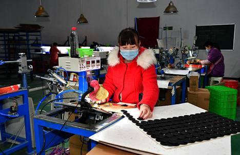 Kiinalla on kiire saada talous taas käyntiin. Kuva kaiutintehtaasta Shaanxin maakunnasta maaliskuulta.