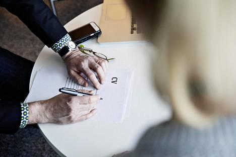 Vaikka ansioluettelo lähtee työnantajalle yleensä sähköisenä, jossain vaiheessa työnhakua rekrytoija silti tavallisesti tulostaa sen luettavaksi.