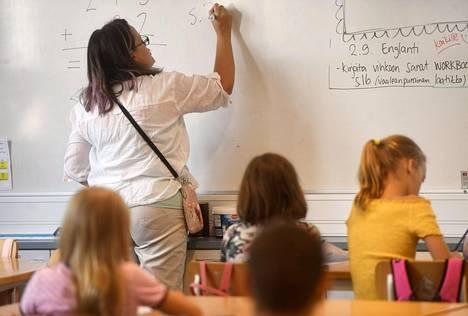 Kolmasluokkalaisia ja opettaja oppitunnilla Ressun peruskoulussa syyskuussa Helsingissä.
